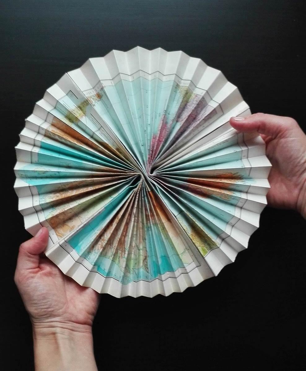 ventaglio di carta realizzato con atlante geografico