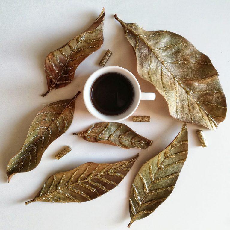caffè tra foglie decorate